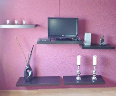 Wohnzimmer mit Wandboard und Satelitten-TV